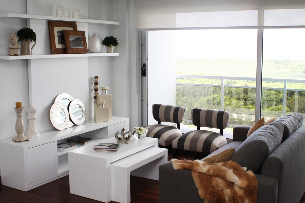 Muebles laqueados en blanco, sillón y banquetas tapizadas en